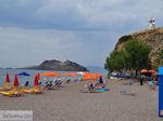 Anaxos strand met op de heuvel de bekende windmolen